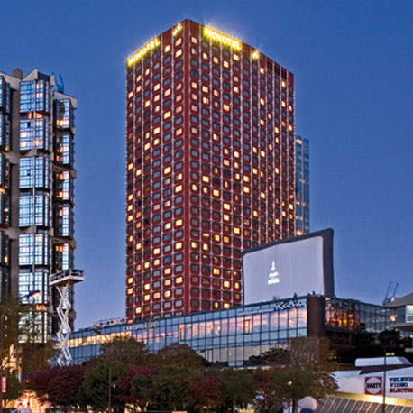 Tòa tháp độc đáo này được thiết kế bởi các kiến trúc sư Julien Penven và Jean-Claude Le Bail.