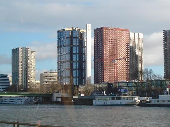 Nằm trên bờ sông của sông Seine ở trung tâm của Paris, Nikko (hay Novotel Paris Tour Eiffel Hotel) là khách sạn 4 sao hiện đại được nhiều du khách yêu thích khi đến Paris.