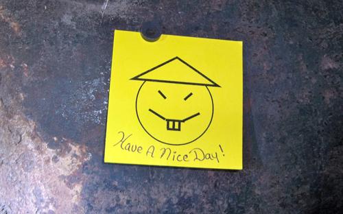 """Thậm chí cặp đôi còn trêu ngươi cảnh sát bằng một miếng giấy dán """"chúc ngày mới tốt lành"""" ghi ngay cạnh lỗ khoan."""