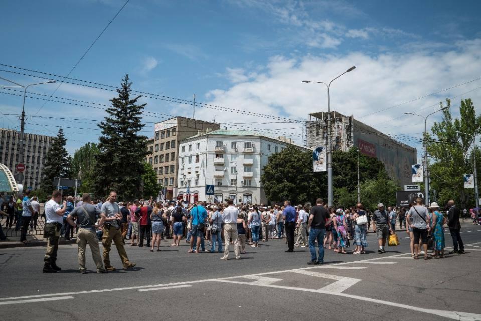 Cư dân của Oktyabrki – Donetsk đang biểu tình trước tòa nhà chính phủ của nước Cộng hòa nhân dân Donetsk tự xưng 15 tháng 6 năm 2015 (AFP Photo / Andrey Borodulin)