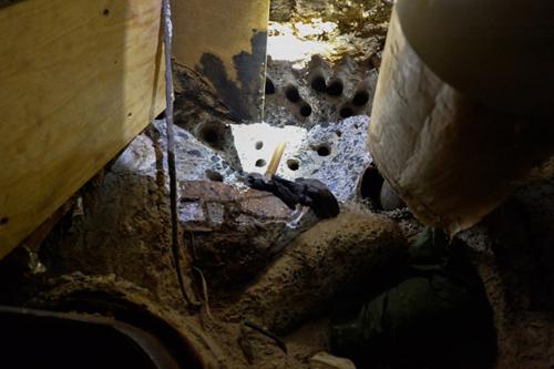Hai tên tội phạm đã sử dụng dụng cụ bằng điện để khoan tường và ống thông hơi.