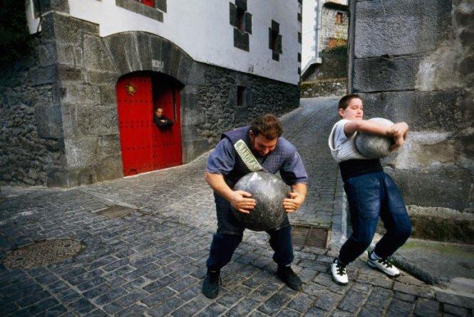 Con trai 12 tuổi làm những động tác y hệt cha trong lúc chơi thể thao tại thị trấn Leitza, Tây Ban Nha - Ảnh: LYNN JOHNSON/NG
