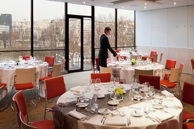 Không gian nhà hàng sang trọng tại khách sạn.