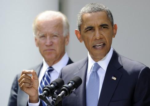 Obama (REUTERS / Mike Theiler) đang nói về Syria bên cạnh là Phó Tổng thống Joe Biden tại Vườn Hồng của Nhà Trắng vào ngày 31 Tháng Tám 2013.