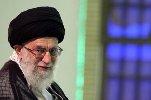 (REUTERS / www.khamenei.ir) Lãnh tụ tối cao Iran Ayatollah Ali Khamenei tại một cuộc họp với các quan chức cấp cao tại Tehran vào ngày 31 Tháng Tám năm 2011.