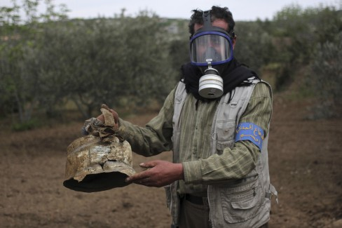(REUTERS / Abed Kontar) Với một hộp bị hỏng trong làng Ibleen, những nhà hoạt động cho biết đây là vụ tấn công khí clo vào làng Kansafra, Ibleen, và Josef.