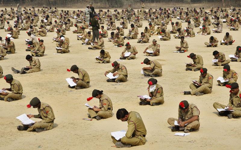 Các học viên của trường huấn luyện quân sự quốc gia tham gia kỳ thi ngoài trời ở thành phố Allahabad, Ấn Độ ngày 5/2/2012. Hơn 2.000 học viên tham dự kỳ thi này để xét học lớp cao hơn. Ảnh: Reuters