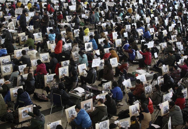 Học sinh thi môn vẽ trong kỳ thi tuyển sinh đại học, cao đẳng ở Tế Nam, Sơn Đông, Trung Quốc ngày 10/2/2014. Ảnh: Reuters