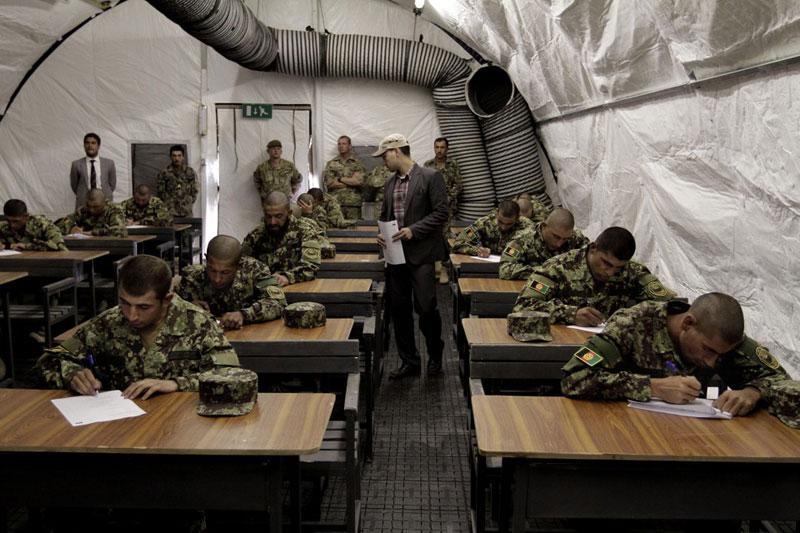 Các sĩ quan của Quân đội quốc gia Afghanistan làm bài thi trong lễ nhậm chức tại Học viện Quân đội Afghanistan ở ngoại ô Kabul, Afghanistan hôm 23/10/2013. Ảnh: AP