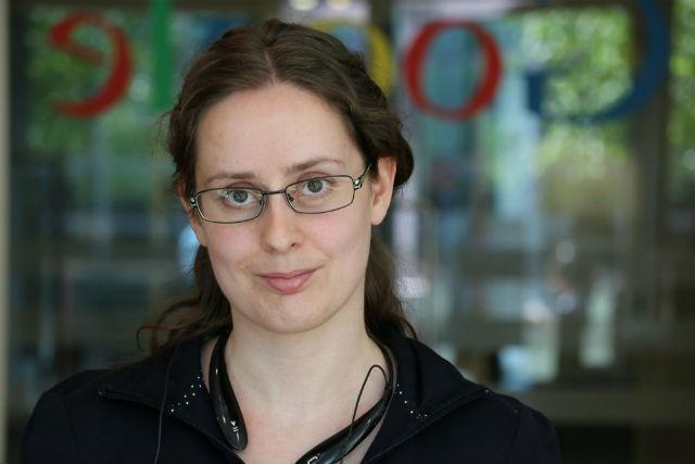 Lenka Trochtová – làm việc trong một đề án bí mật dùng cho Android Wear của Google.