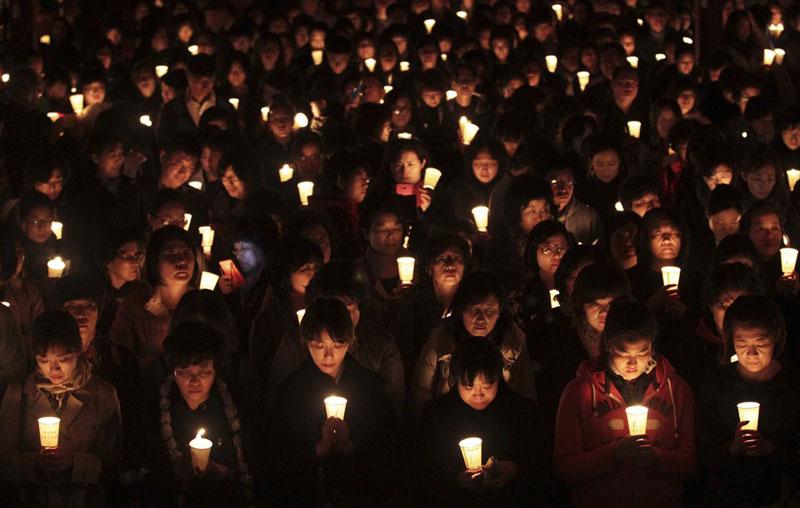 Phụ huynh cầu nguyện cho con em mình thi tốt trong kỳ thi tuyển sinh đại học, cao đẳng ở chùa Bongeun, Seoul, Hàn Quốc ngày 2/11/2013. Ảnh: AP