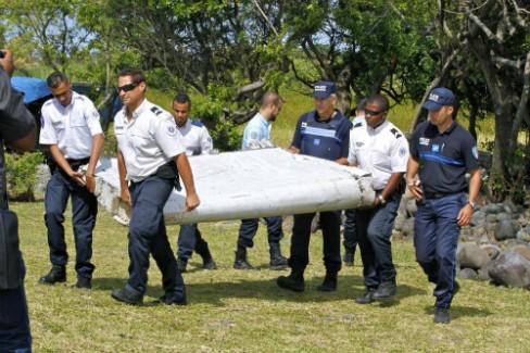 Mảnh vỡ máy bay được tìm thấy ở đảo Reunion, Ấn Độ Dương. Ảnh: AP