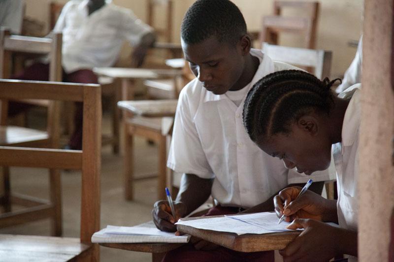 Học sinh Trường Trung học Cestos, Liberia tham dự kỳ thi cuối năm. Ảnh: Flickr