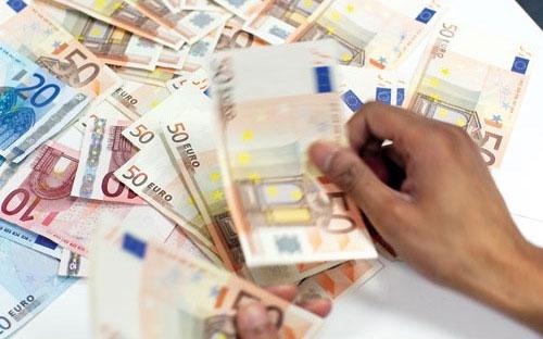 Những ai nắm giữ Euro đã cảm nhận được thiệt hại từ khủng hoảng nợ Hy Lạp bên trời Tây.