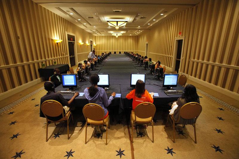 Các thí sinh trong cuộc thi đánh vần quốc gia National Spelling Bee tham gia bài thi viết trên máy tính ở Oxon Hill, Maryland ngày 29/5/2012. Ảnh: AP