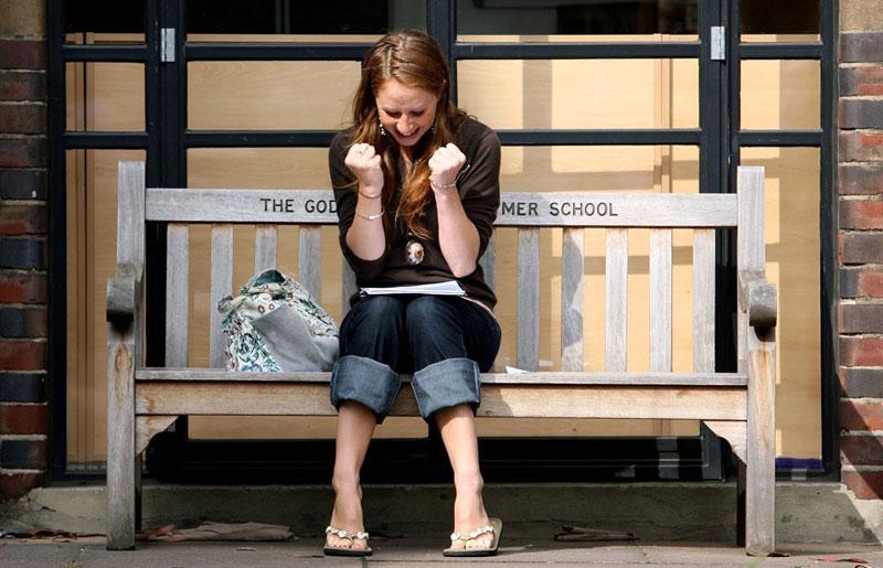 Emma Donne, một học sinh Trường Godolphin & Latymer, Tây London vui mừng khi nhận điểm A ngày 17/8/2006. Ảnh: Reuters