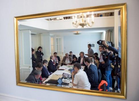 Ngoại trưởng Pháp Laurent Fabius đang đọc tóm tắt báo Pháp tại khách sạn Palais Coburg