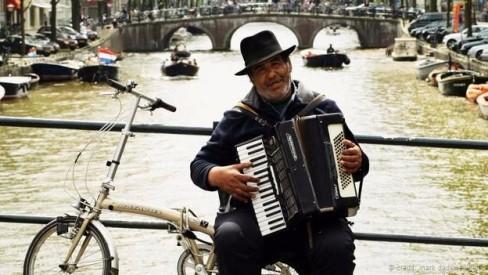 Một người hát rong trên xe đạp ở Amsterdam (Ảnh: Mark Dadswell/Getty)