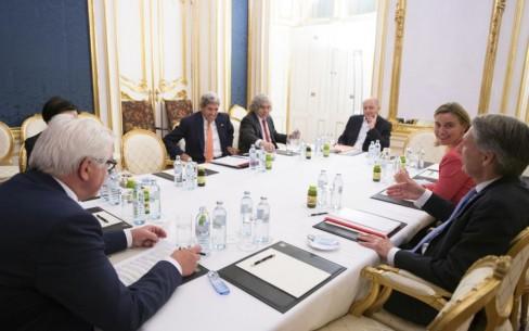 Ngoại trưởng Đức Frank-Walter Steinmeier, Ngoại trưởng Mỹ John Kerry, Bộ trưởng Năng lượng Mỹ Ernest Moniz, Ngoại trưởng Pháp Laurent Fabius, Đại diện cấp cao Liên minh châu Âu Federica Mogherini và Ngoại trưởng Anh Philip Hammond gặp nhau tại khách sạn Palais Coburg diễn ra cuộc đàm phán với Iran được tổ chức, tại Vienna, Áo, Thứ 3 ngày 14 tháng 7 năm 2015.