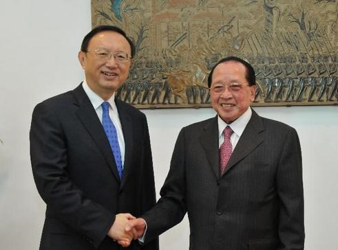 Ủy viên Quốc vụ Trung Quốc Dương Khiết Trì và Ngoại trưởng Campuchia Hor Namhong.