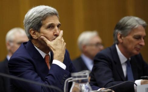 Ngoại trưởng Mỹ John Kerry ngồi bên cạnh Ngoại trưởng Anh Philip Hammond, trong một phiên họp toàn thể được tổ chức tại tòa nhà Liên Hợp Quốc – Vienna - Áo, Thứ Ba, 14 tháng 7 năm 2015.