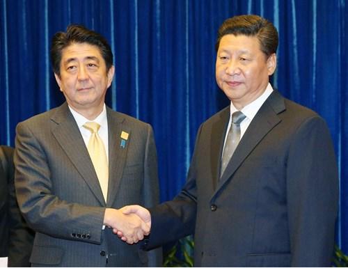 Thủ tướng Nhật Bản Shinzo Abe và Chủ tịch Trung Quốc Tập Cận Bình trước hội nghị APEC năm ngoái tại Bắc Kinh. Ảnh: Japan Times.
