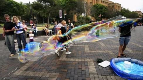 Tạo bong bóng ở bến cảng Circular ở Sydney (Ảnh: David Hancock/Getty)