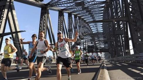 Lễ hội chạy ở Sydney trên cầu ở cảng (Ảnh: Greg Wood/Getty)