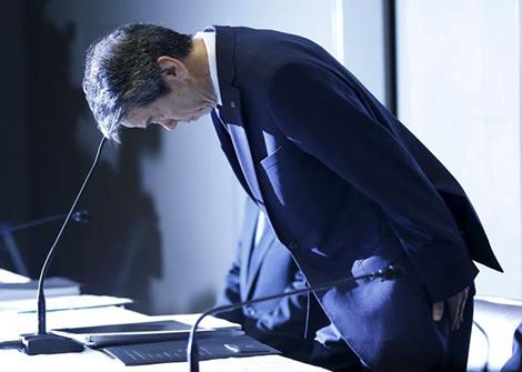 Chủ tịch kiêm Tổng Giám đốc Hisao Tanak cúi đầu xin lỗi về vụ bê bối.