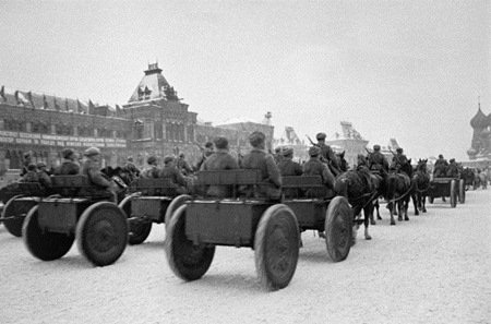 Sau lễ duyệt binh trên Quảng trường Đỏ, các đơn vị Hồng quân Liên Xôtiến thẳng ra mặt trận.