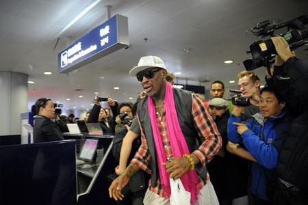 Rodman tại sân bay quốc tế Bắc Kinh, Trung Quốc trước khi bay tới Triều Tiên vào 6/1/2014 để mừng sinh nhật Kim Jong Un.