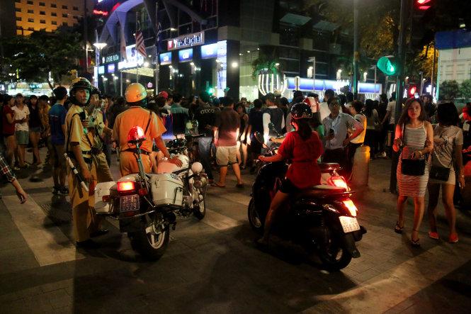 Giao thông hỗn loạn, cảnh sát giao thông phải nhiều lần chặn không cho xe đi vào đường Nguyễn Huệ dù là tối thứ 2 - Ảnh: Ngọc Hiển