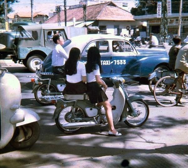 rên đường phố Sài Gòn năm 1970. Váy ngắn xếp li và giày búp bê trông không khác mấy so với những cô gái thời hiện tại.