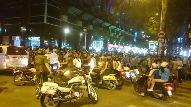 """Hàng trăm cảnh sát hình sự, 113 đã tham gia giải tán đám đông trong vụ hẹn """"giải quyết"""" qua mạng Facebook giữa hai cô gái - Ảnh: PV"""