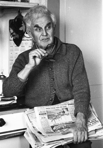 Edgar Evans, hình chụp vào năm 1975, tay cầm những số báo Sao Mai