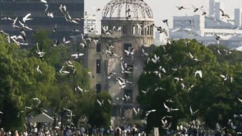 Bồ câu được thả ở Vòm Bom Nguyên tử (tòa nhà còn sót lại) trong lễ tưởng niệm.