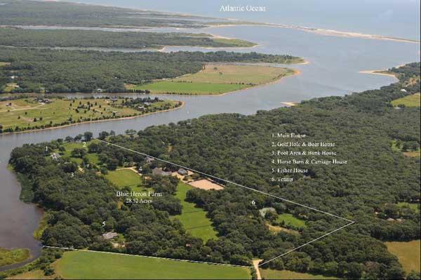 Tổng thống Obama đã tới Martha's Vineyard nhiều lần. Theo dự kiến, gia đình Tổng thống Obama sẽ trở lại Washington vào cuối tháng 8. Trong ảnh là hòn đảo xinh đẹp nhìn từ trên cao.