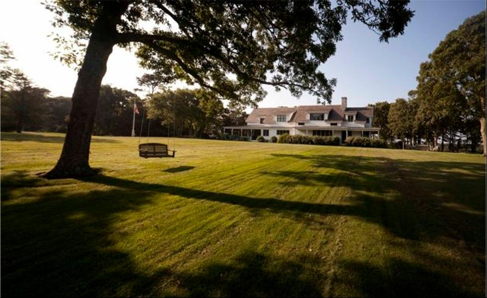 Gia đình Obama sẽ sống tại điền trang Blue Heron nằm ở phía tây đảo Martha's Vineyard, nhìn ra hồ lớn Tisbury Great và gần Đại Tây Dương (ảnh).