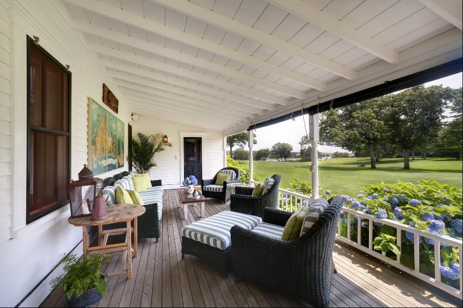 Hiên nhà lát gỗ rộng rãi, nhìn ra khoảng sân cỏ xanh mướt được sắp xếp gọn gàng, ấm cúng để cả gia đình có thể ngồi quây quầy uống cafe buổi sáng đón nắng ban mai.