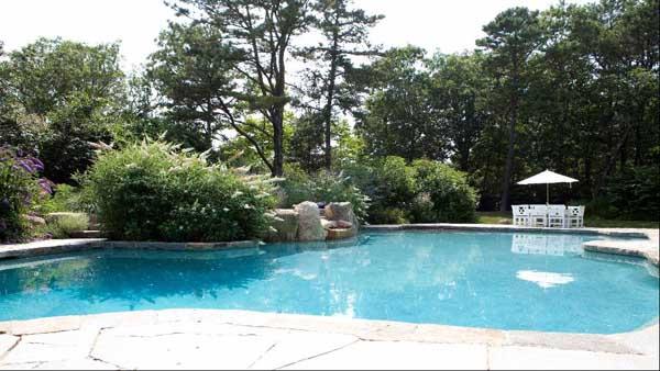 Điền trang cũng có hồ bơi, bể tắm nước nóng lớn nằm trong một khu vườn rất đẹp và rộng