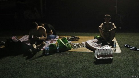 Cư dân Thiên Tân ngủ trong nhà tạm sau vụ nổ