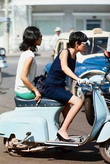Trong ký ức nhiều người, nét đẹp của thiếu nữ Sài Gòn còn là hình ảnh của họ bên những chiếc xe. Hai loại tiêu biểu là xe Vespa của Italy và Velo Solex, loại xe của Pháp có gắn động cơ phía trước. Hình ảnh những cô gái Sài Gòn tự lái xe Vespa hay Cub mang nét quyến rũ và cá tính.