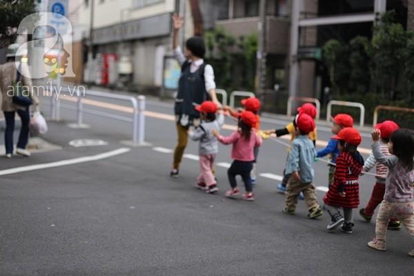 Qua các nhà trẻ, tầm 9 giờ là giờ các mẹ thường đưa con đi học. Sau đó họ đi mua sắm hoặc bếp núc nội trợ.