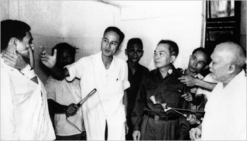 Giáo sư Nguyễn Huy Phan báo cáo phương pháp tạo hình nhân một trường hợp thương binh nặng với Đại tướng Võ Nguyên Giáp và Bác Tôn Đức Thắng, ngày 27-7-1974. Ảnh TL/ Toquoc.vn