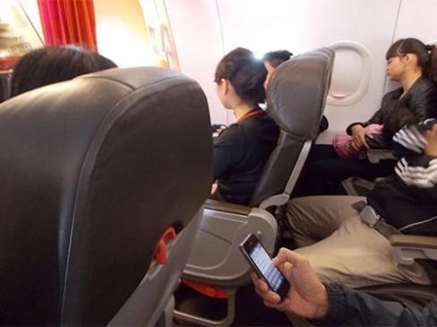 Nhiều người thản nhiên dùng điện thoại khi máy bay đang bay, hay gọi điện oang oang khi máy bay đang cất, hạ cánh.