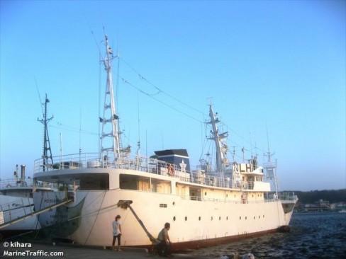 Tàu Hayato nhìn từ phía sau, bên phải.
