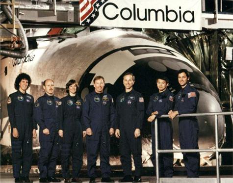 """Trịnh Hữu Châu (Eugene Trinh), nhà vật lý thiên văn, là người tham gia vào chuyến bay STS-50 của NASA. Ông trở thành người Mỹ gốc Việt đầu tiên bay vào vũ trụ vào ngày 25/6/1992. Ông ở ngoài vũ trụ 13 ngày 19 giờ 30 phút. Sự tương đồng đáng kinh ngạc giữa """"Trái đất thứ hai"""" với Địa cầu Phát hiện cá sấu khổng lồ từng thống trị Trái đất trước khủng long Siêu cá mập Megalodon – Sát thủ hung tợn nhất lịch sử Trái đất Trịnh Hữu Châu (Eugene Trinh), nhà vật lý thiên văn, là người tham gia vào chuyến bay STS-50 của NASA. Ông trở thành người Mỹ gốc Việt đầu tiên bay vào vũ trụ vào ngày 25/6/1992. Ông ở ngoài vũ trụ 13 ngày 19 giờ 30 phút. Phi hành gia Trịnh Hữu Châu. Ảnh: Wikipedia Eugene Trịnh (tên khai sinh là Trịnh Hữu Châu) sinh ngày 24/09/1950 tại Sài Gòn. Ông là con trai út của kỹ sư công chánh Trịnh Ngọc Sang. Năm 1953, ông cùng với gia đình sang định cư ở Pháp, nơi đây chính là tiền đề phát triển sự nghiệp của chàng kỹ sư tài năng này. Trịnh Hữu Châu học trung học tại Trường Michelet (Paris) và lấy bằng năm 1968. Sau đó, ông sang Mỹ học ngành chế tạo máy và vật lý ứng dụng tại Đại học Columbia, tốt nghiệp năm 1972. Trong hai năm liên tiếp 1974 và 1975, chàng trai Sài Gòn này nhận học bổng và bảo vệ thành công các luận án thạc sĩ khoa học và triết học. Châu tiếp tục học lên tiến sĩ và năm 1977 lấy được bằng vật lý ứng dụng của Đại học Yale lừng danh. Năm 1979, NASA ngắm Eugene như là một tài năng hiếm thấy và ngay lập tức ông được mời vào làm việc tại phòng thí nghiệm về sức đẩy phản lực của NASA. Trong thời gian này, ông kết thúc khóa học sau tiến sĩ và tham gia các hoạt động nghiên cứu của Viện Kỹ thuật California dưới sự hỗ trợ của NASA. Hiện tại, ông đang làm Giám đốc bộ phận khoa học tự nhiên tại trụ sở của NASA ở thủ đô Washington D.C., Mỹ. Hành trình bay vào vũ trụ của Eugene Trịnh Năm 1983, NASA chọn ông để huấn luyện thành chuyên viên sức đẩy làm việc cho phòng thí nghiệm không gian 3 (Spacelab 3) của mình. Ông trở thành người dự khuyết cho chuyên viên sức đ"""
