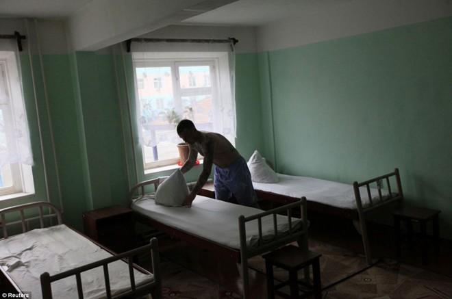 Phòng ngủ của các phạm nhân phạm tội ít nghiêm trọng. Boris Kovalyov, 32 tuổi, thụ án 8 năm vì trộm cắp. Anh ta được ân xá sớm vì hành vi tốt trong trại giam.