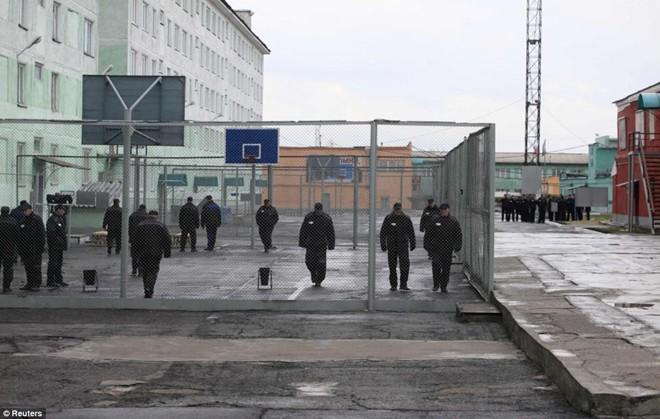 Giống như ở phần lớn các nhà tù, phạm nhân ở Krasnoyarsk phải tuân theo thời gian biểu hết sức chặt chẽ. Khu vui chơi của các tù nhân được bao vây bởi lưới sắt.