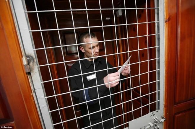 Phạm nhân nhận thư từ vợ ở phòng giam